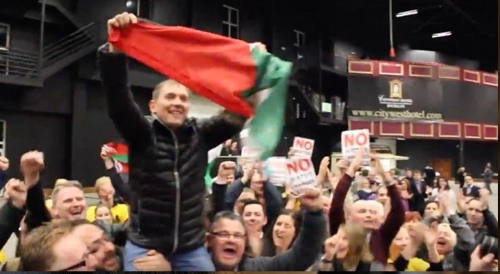 Irish MP celebrates win by raising Palestinian flag